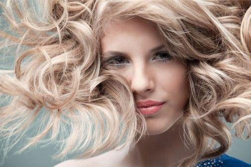 Жінка з кучерявою зачіскою