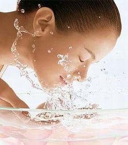 Умивання шкіри обличчя