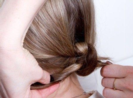 Зав`язати волосся ззаду на вузол