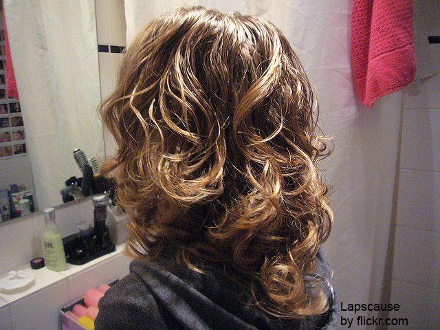 Як тільки волосся просохли, можна знімати папільйотки