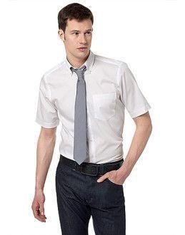 біла сорочка з коротким рукавом і краватку