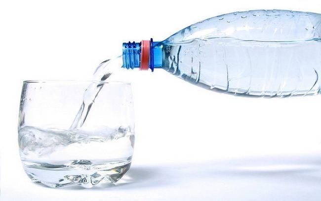 Очищаємо ШКТ мінеральною водою з медом