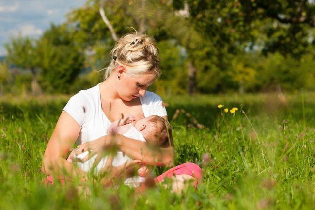 мати годує дитину грудьми