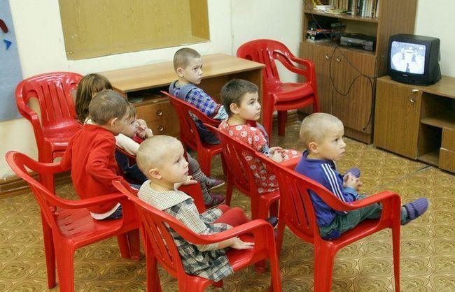 діти в дитбудинку