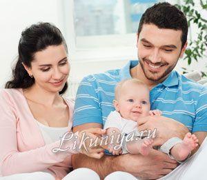 Дбайливий тато тримає дитину на руках