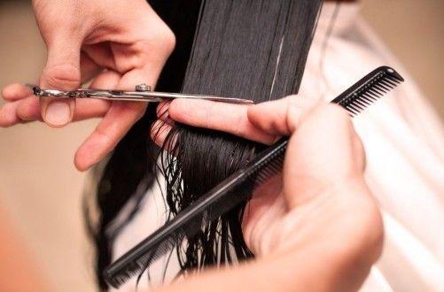 перукар вирівнює довжину волосся