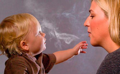 Мама курить при дитині
