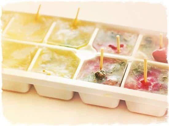 Заморожені фрукти в кубиках льоду