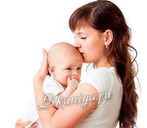 Мати тримає на руках дитину