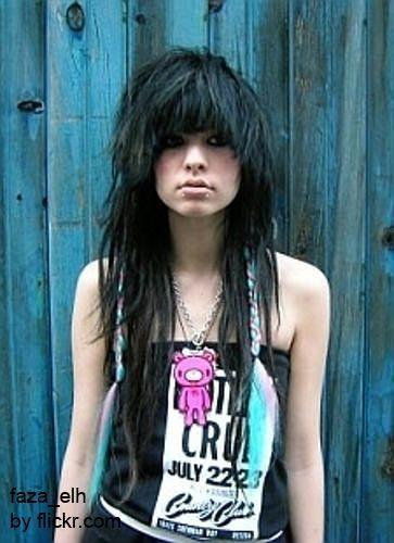 Волоссю можна надати більш зухвалий вид, роблячи обсяг, за допомогою фена і засобу для укладання