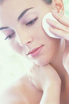 Секрети зняття макіяжу: вибираємо засоби