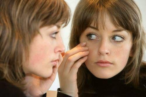Жінка біля дзеркала