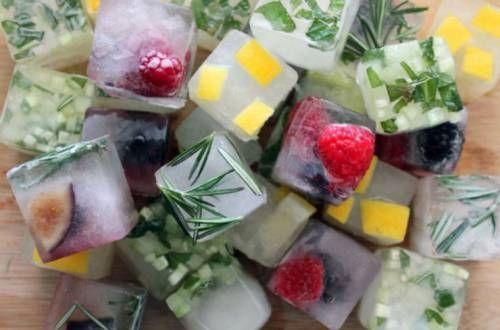 Кубики льоду з ягодами і шматочками фруктів